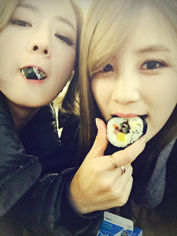 Apink Bomi Chorong eating gimbap